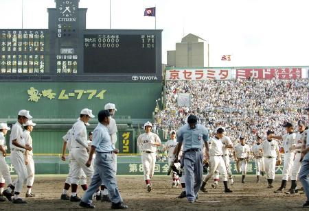 2006年8月、夏の甲子園で延長十五回引き分け再試合となった駒大苫小牧―早実戦=甲子園球場