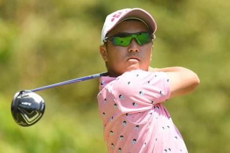 ゴルフのトヨタ・ジュニアW杯第1日、3番でティーショットを放つ植木祥多=13日、愛知県中京GC石野(ゲッティ=共同)