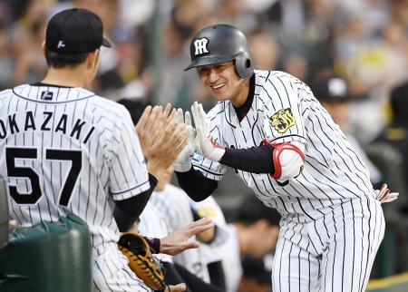 4回、勝ち越し本塁打を放ち、ナインに迎えられる阪神・俊介=甲子園