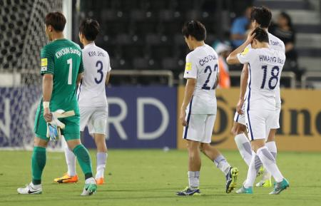 カタールに敗れ、引き揚げる韓国の選手たち=13日、ドーハ(ロイター=共同)