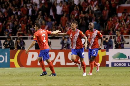 コスタリカ-トリニダード・トバゴ ゴールを決め喜ぶコスタリカの選手ら=13日、コスタリカ・サンホセ(ロイター=共同)