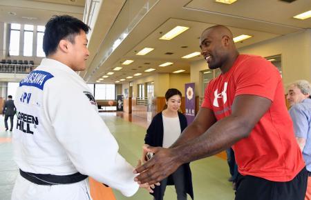 原沢久喜(左)と握手するテディ・リネール=東京都文京区の講道館