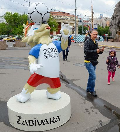 13日、モスクワの動物園前に設置されたW杯マスコット「ザビワカ」のオブジェ(共同)