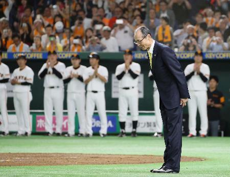 記念イベントに登場し、一礼するソフトバンクの王貞治球団会長=14日、東京ドーム