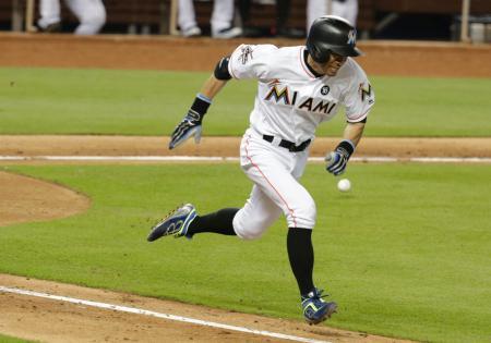 アスレチックス戦の五回、代打で投手前への内野安打を放ったマーリンズのイチロー=14日、マイアミ(AP=共同)