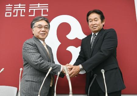 記者会見を終え、握手する巨人の石井一夫新社長(左)と鹿取義隆新GM兼編成本部長=13日午後、東京・大手町の球団事務所