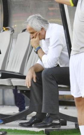 サッカーW杯最終予選 イラクと引き分け、ベンチに座り込むハリルホジッチ監督=テヘラン(共同)