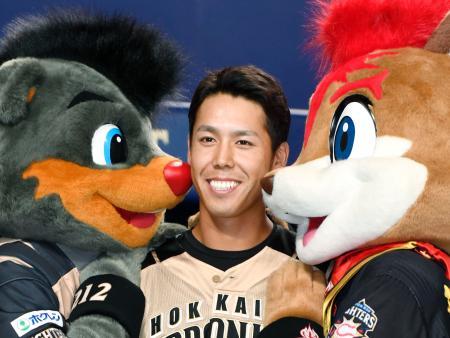 好走塁で勝利に貢献し、笑顔を見せる日本ハム・大累=ナゴヤドーム