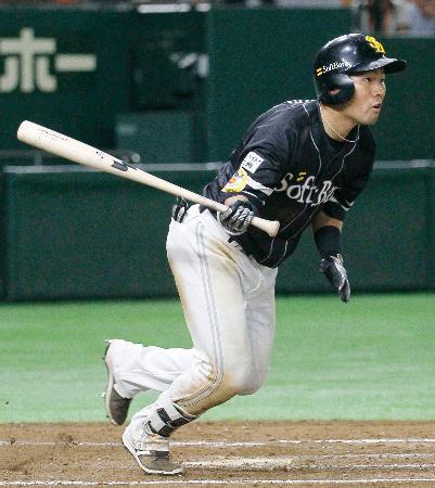 7回ソフトバンク1死一、二塁、中村晃が右翼線に適時二塁打を放つ=東京ドーム