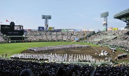 第98回全国高校野球選手権大会の開会式=昨年8月