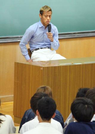 金沢大で学生らに講演するサッカー日本代表の本田圭佑=16日、金沢市