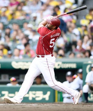 8回楽天2死、ペゲーロが中越えに満塁本塁打を放つ=甲子園
