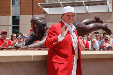 除幕された自身の銅像の前でポーズを見せるピート・ローズ氏=17日、シンシナティ(AP=共同)