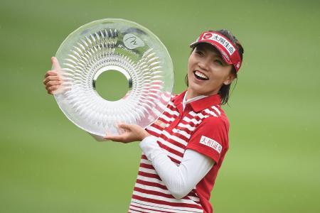 ニチレイ・レディース最終日、優勝し、笑顔を見せるテレサ・ルー=18日、千葉県袖ケ浦CC新袖(ゲッティ=共同)