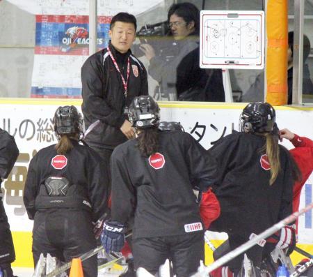 アイスホッケー女子日本代表候補の強化合宿で、選手に説明する山中監督(奥)=白鳥王子アイスアリーナ