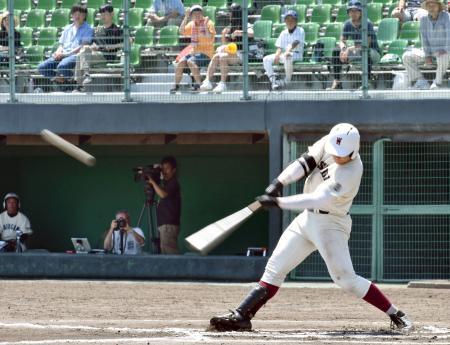 丸亀城西戦の6回、中越えに2点本塁打を放つ早実・清宮=レクザムスタジアム