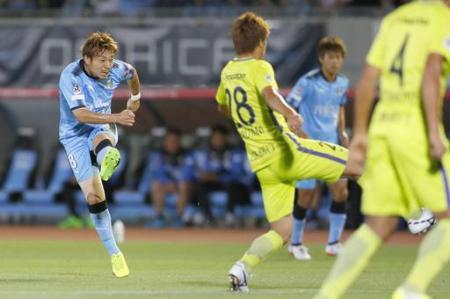 J1 川崎―広島 後半、先制ゴールを決める川崎・阿部=等々力