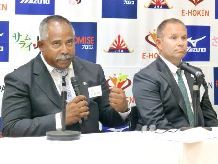 就任記者会見で抱負を語るホッケー男子日本代表のアイクマン監督(左)と女子代表のファリー監督=21日、東京都内