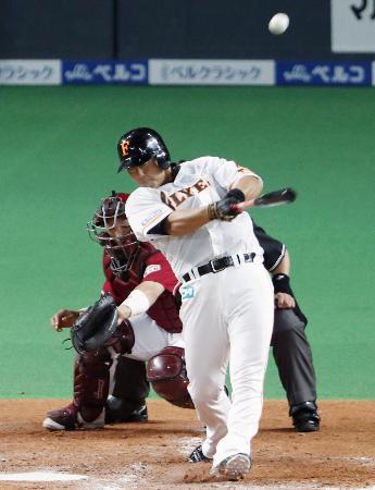 4回日本ハム無死一塁、中田が左越えに先制2ランを放つ=札幌ドーム