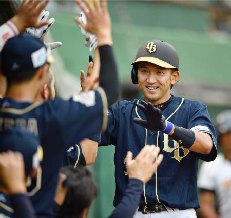 8回、勝ち越しの本塁打を放ち、ナインに迎えられるオリックス・小島=ほっともっと神戸