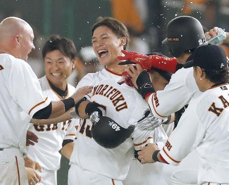 9回、代打でサヨナラ打を放ち、ナインに祝福され笑顔の巨人・石川(中央)=東京ドーム