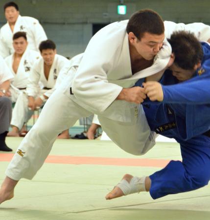 決勝 明大の田中(右)から大内刈りで技ありを奪う東海大のウルフ=日本武道館