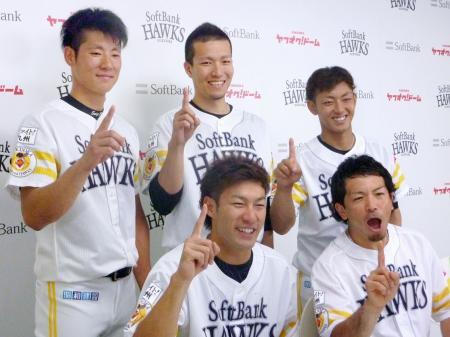 オールスター戦にファン投票で選出され、ポーズをとるソフトバンクの(前列左から)柳田、松田、(後列左から)上林、千賀、今宮=ヤフオクドーム