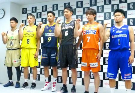 開幕カード発表の記者会見でポーズをとる、バスケットボールBリーグ各チームの選手たち=26日、東京都内