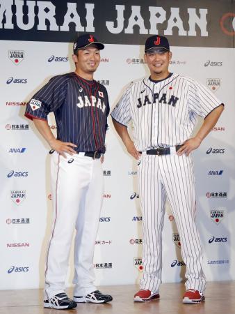 野球日本代表の新ユニホームを着てポーズをとる広島の鈴木(左)とDeNAの筒香=26日午後、東京都内のホテル