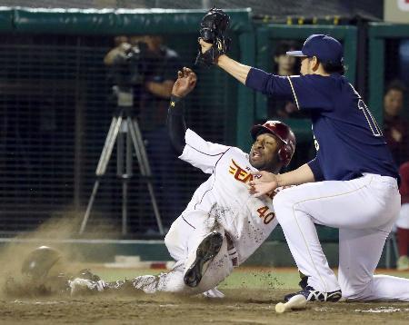 9回楽天2死一、三塁、代打藤田が振り逃げの間に三走ウィーラーが生還。右は投手平野=Koboパーク宮城