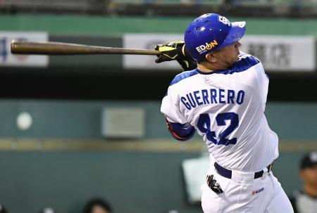 4回中日無死、ゲレーロが中越えに本塁打を放つ=浜松