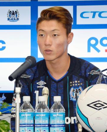 G大阪への加入が決まり、記者会見で抱負を述べる黄義助=28日、市立吹田スタジアム