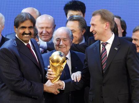 サッカーW杯の開催地に決まり、FIFAのブラッター会長(中央、当時)と喜ぶ2018年大会のロシア(右)と、2022年大会のカタールの関係者=2010年12月、スイス・チューリヒ(ロイター=共同)