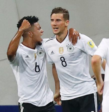 ドイツ―メキシコ 前半、2点目のゴールを決め、ヘンリヒス(左)と喜ぶドイツのゴレツカ=ソチ(共同)