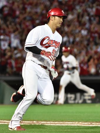 6回広島無死三塁、左前に勝ち越し打を放ち一塁へ向かう鈴木=マツダ