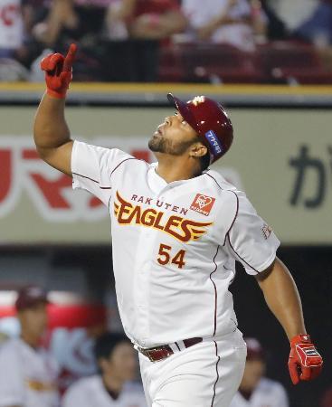 3回、本塁打を放ち天を指さしホームインする楽天・ペゲーロ=Koboパーク宮城