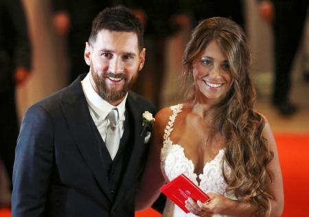 結婚式でポーズをとるメッシとアントネラさん=ロサリオ(ロイター=共同)
