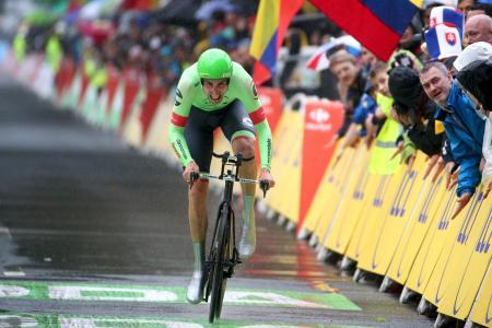 ツール・ド・フランス、第1ステージで力走する米国の選手と見守る観客ら=1日、ドイツ・デュッセルドルフ(ゲッティ=共同)