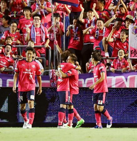C大阪―FC東京 後半、2点目のゴールを決め祝福されるC大阪・松田(中央右)=金鳥スタ