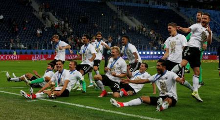 優勝を喜ぶドイツ選手=2日、サンクトペテルブルク(ロイター=共同)