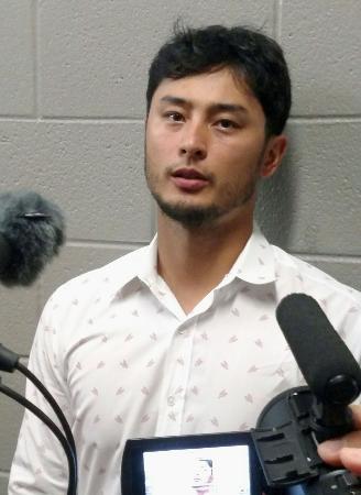 オールスター戦のア・リーグ代表に選ばれ、記者の質問に答えるレンジャーズのダルビッシュ有投手=2日、シカゴ(共同)