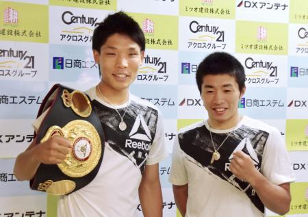 初防衛戦を行うWBAスーパーバンタム級王者の久保隼(左)と、WBOミニマム級世界戦に挑む山中竜也=3日、神戸市