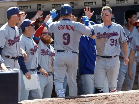 本塁打のグランダルをベンチで祝福するドジャースの選手たち=2日、サンディエゴ(AP=共同)