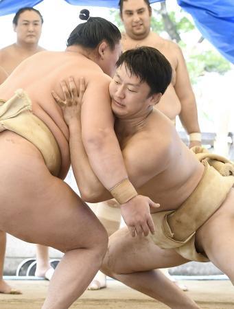 宮城野部屋に体験入門し、白鵬(左)の胸を借りる柔道の原沢久喜=名古屋市