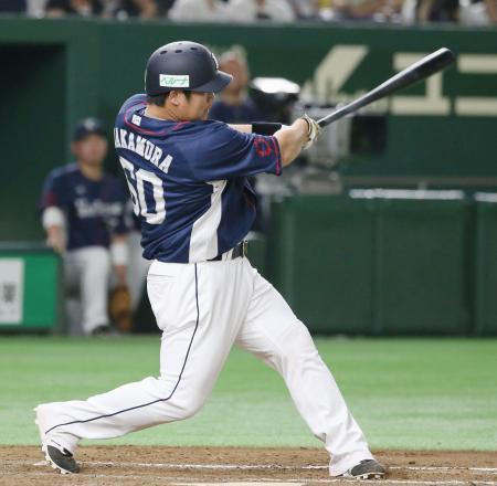 7回西武2死、中村が中越えにこの試合2本目となる本塁打を放つ=東京ドーム