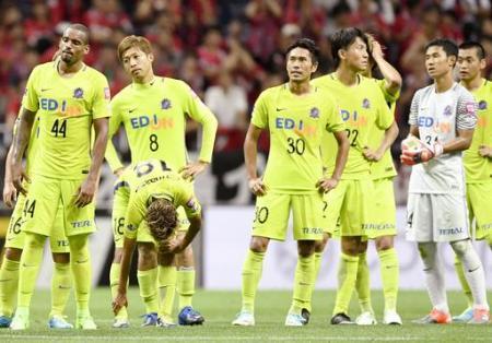 J1 浦和―広島 浦和に敗れ肩を落とす広島イレブン=埼玉スタジアム