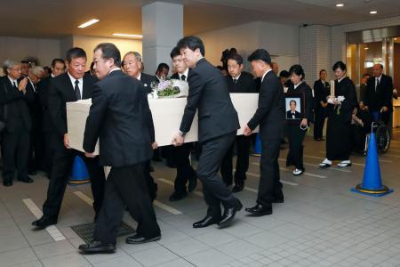 告別式を終え、車に乗せられる上田利治氏のひつぎ=6日午前、横浜市青葉区