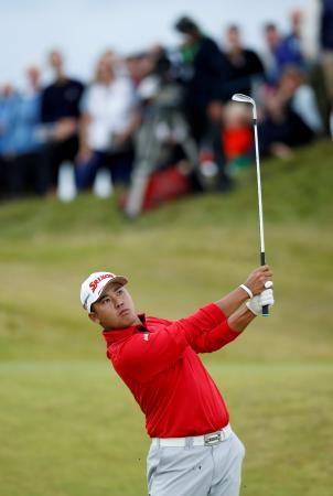 男子ゴルフのアイルランド・オープン第1日、ショットを放つ松山英樹=6日、英ポートスチュワート(ロイター=共同)