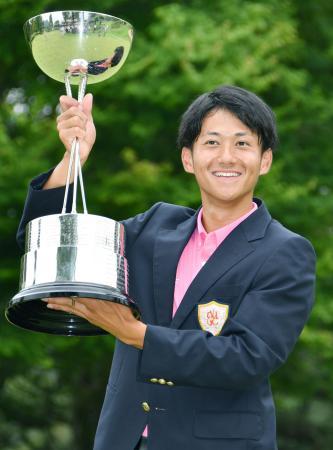 通算8アンダーで優勝し、カップを手にする大沢和也=広島CC八本松
