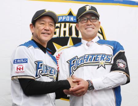 入団記者会見で栗山監督(左)と握手を交わす日本ハム・黒羽根=札幌ドーム